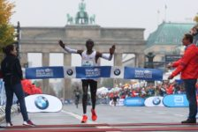 Berlin Marathon: Μεγάλος νικητής ο Kipchoge, ο καιρός δεν άφησε περιθώρια για ρεκόρ. Πρώτη η Cherono στις γυναίκες.