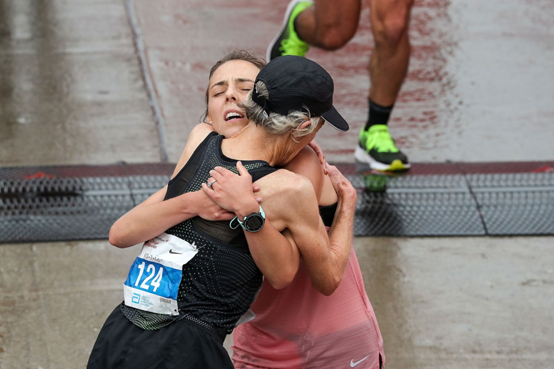 ad1ca007680 Mε τη κόρη της Abby, σε μια συναισθηματική στιγμή μετά τον τερματισμό  (Chicago 2018)