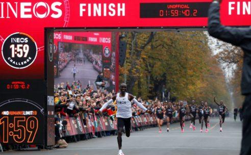 No human is limited: ο Eliud Kipchoge έσπασε τις 2 ώρες στον μαραθώνιο με 1:59:40!